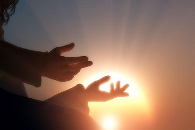 האם ישוע קם בעצמו לתחיה או האב הקים אותו?